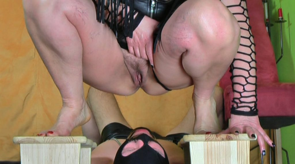 Madame Jeanette Bizarre - Human toilet treat-2