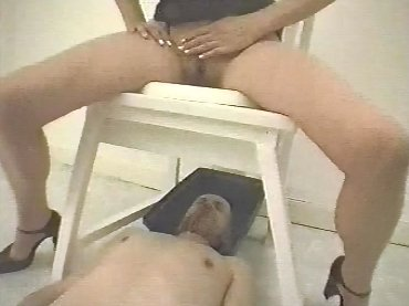 WC - pour Dames - Two Goddess Dominate one male slave - screen 5