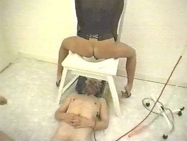 WC - pour Dames - Two Goddess Dominate one male slave - screen 8
