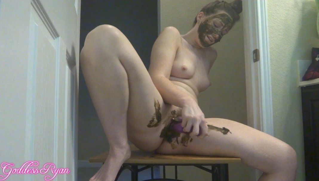 Girl masturbates pussy vibrator in shit, face covered feces (725,69 Mb)