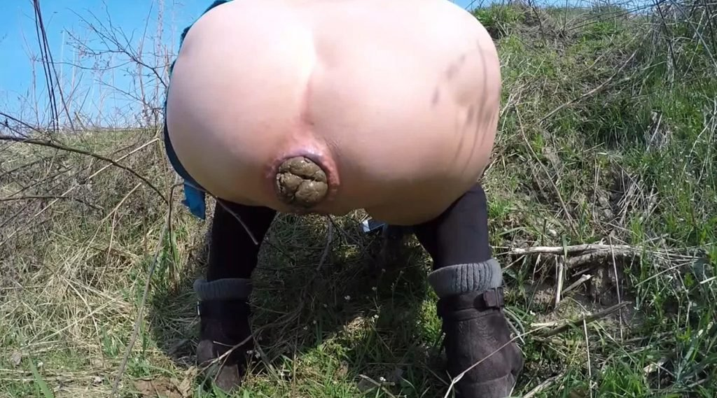 Mia Roxxx - Outdoor Shitting Big Pile - 3