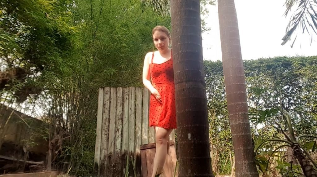 LittleMissKinky – desperate poop and pissing on outdoor (FULL HD-1080p)