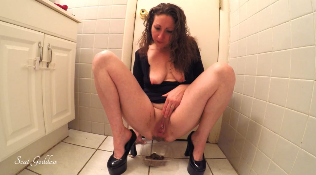 Scat Goddess Amanda - erotic pooping in bathroom - 4