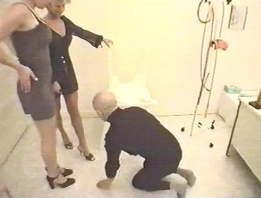 WC - pour Dames - Two Goddess Dominate one male slave - screen 1