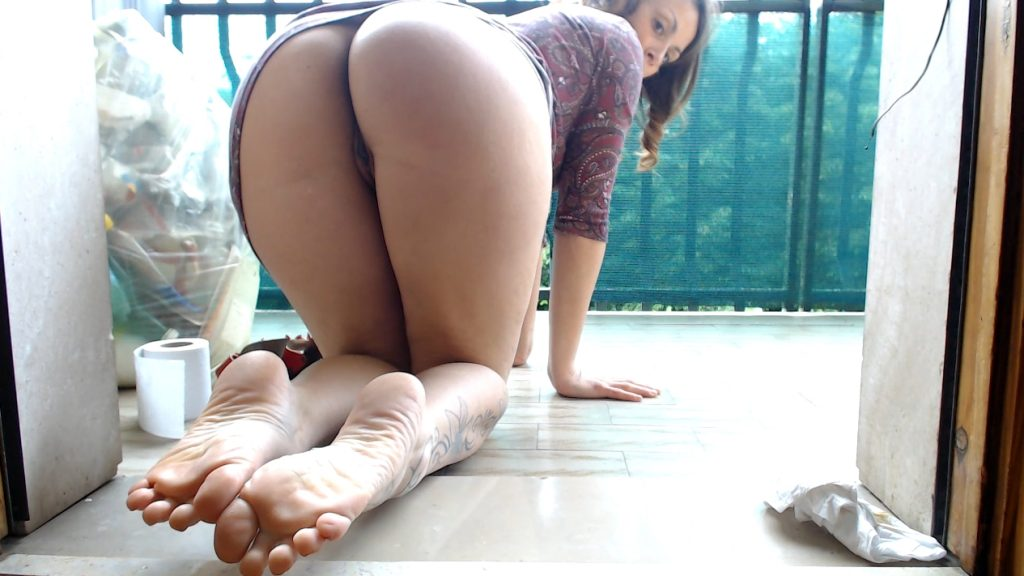 Moana Voglia - Shit And Fart In The Balcony 2 (YezzClips.com) screen 1