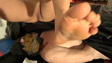 A SHIT SMOTHERING WELCOME (4K Ultra HD Scat) Picture 4