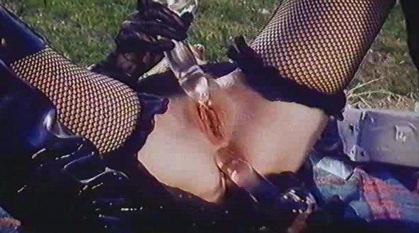 Cicciolina si masturba con 2 vibratori, poi caga e piscia, adosso a un uomo - Image 2