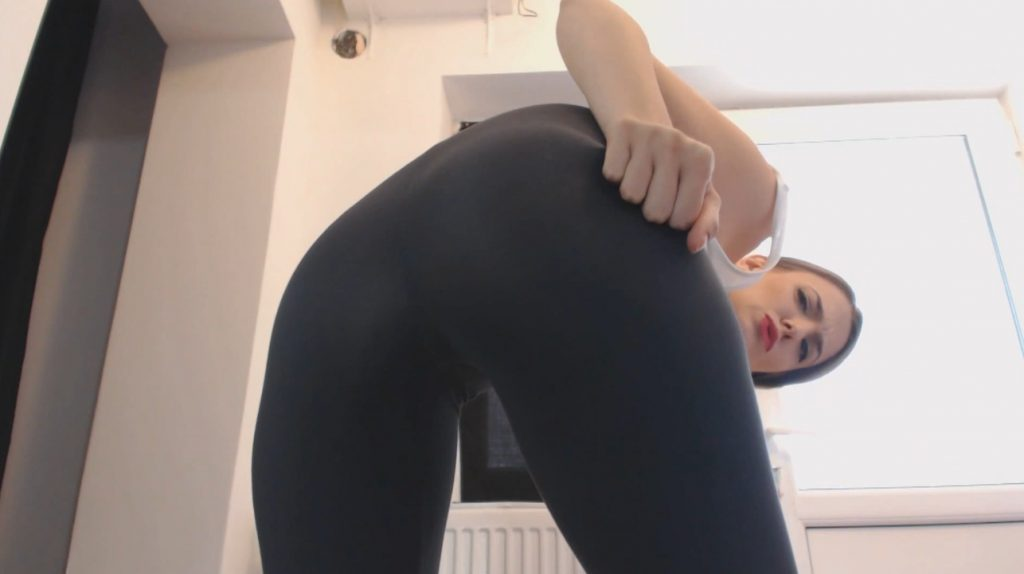 Pooping My Black Leggings – Face Smearing (Diana Spark)
